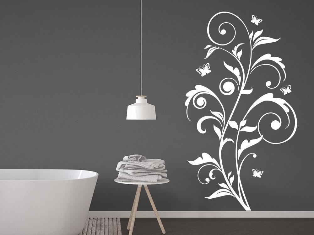 Florales Wandtattoo Ornament mit Schmetterlingen im Badezimmer