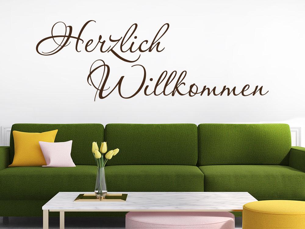 Herzlich Willkommen Wandtattoo auf einer hellen Wand in Braun
