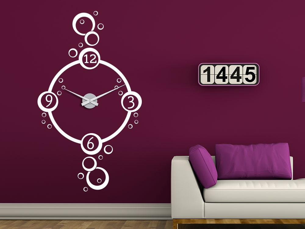 Wandtattoo Uhr Seifenblasen neben Couche im Wohnzimmer