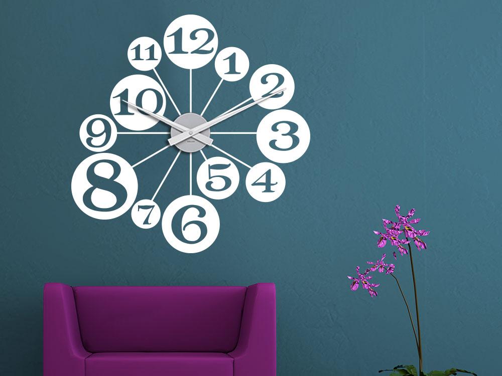 Wandtattoo Uhr Kugeln in Farbe Weiß im Wohnzimmer