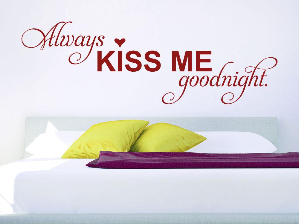 Wandtattoo Always kiss me goodnight in Farbe Rot über großem Bett
