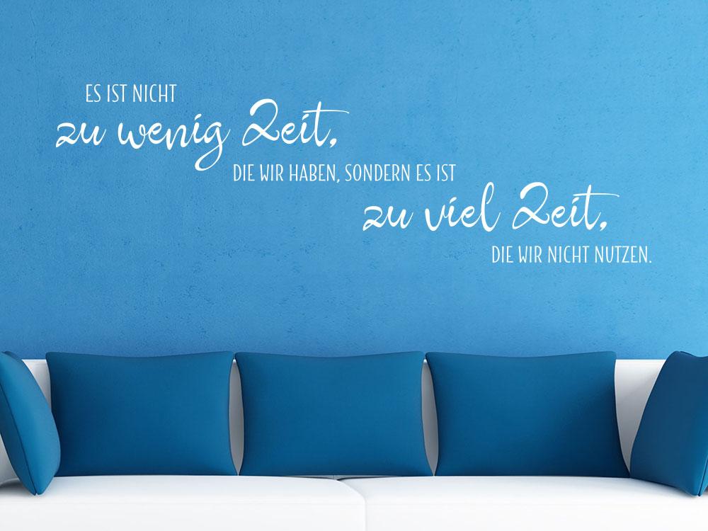 Zeitloses Wandtattoo Es ist nicht zu wenig auf Zeit auf blauer Wand