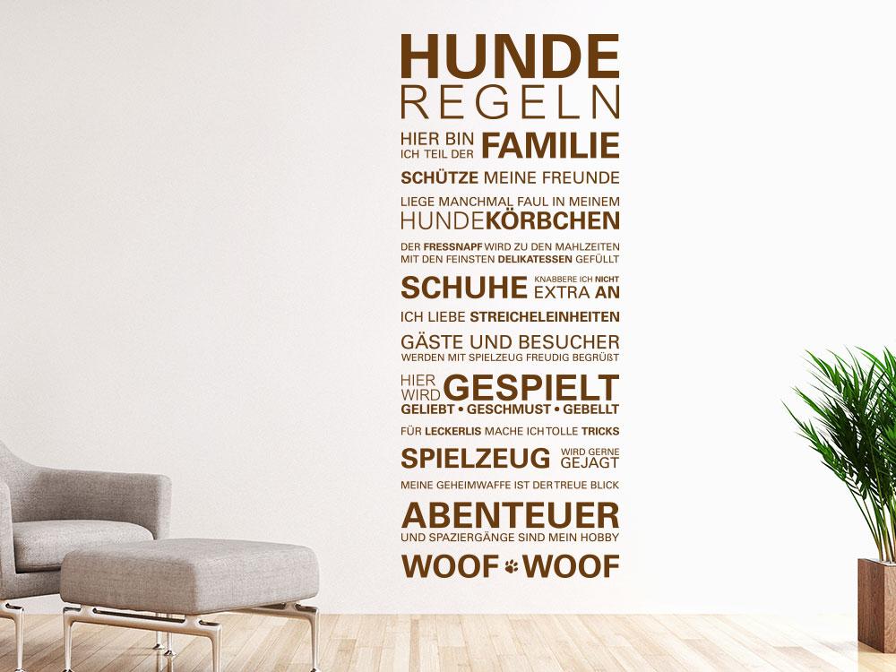 Wandtattoo Hunderegeln auf heller Wand im Wohnzimmer