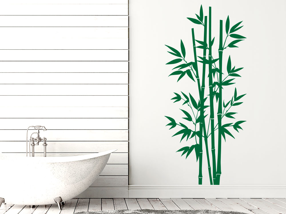 Großes Bambus Wandtattoo im Badezimmer neben Wanne