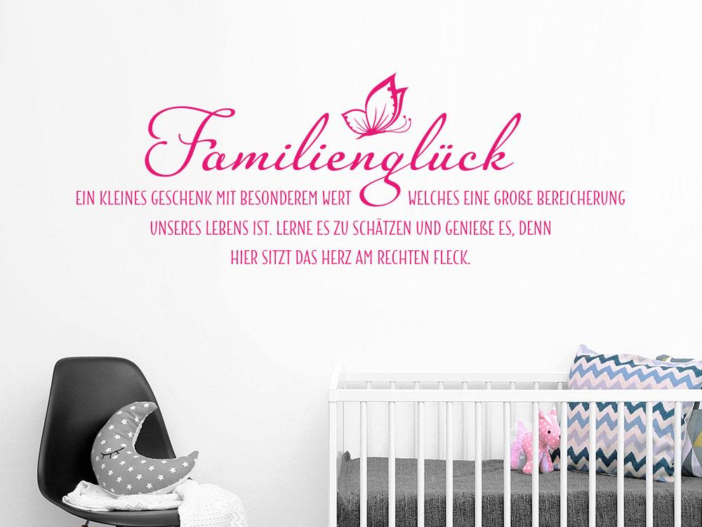 Wandtattoo Familienglück auf heller Wand im Babyzimmer