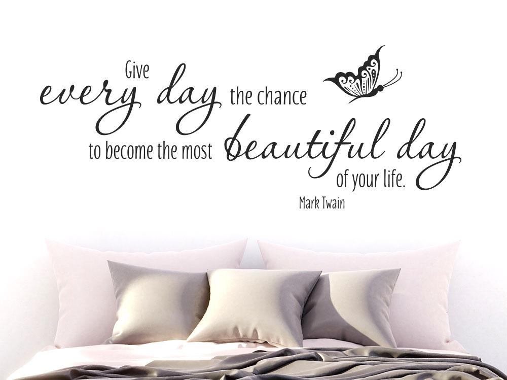 Wandtattoo Mark Twain Give every day... englischer Spruch mit Schmetterling