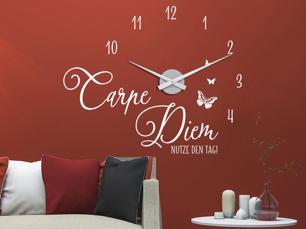 Wandtattoo Uhr Carpe Diem auf roter Wand im Wohnzimmer