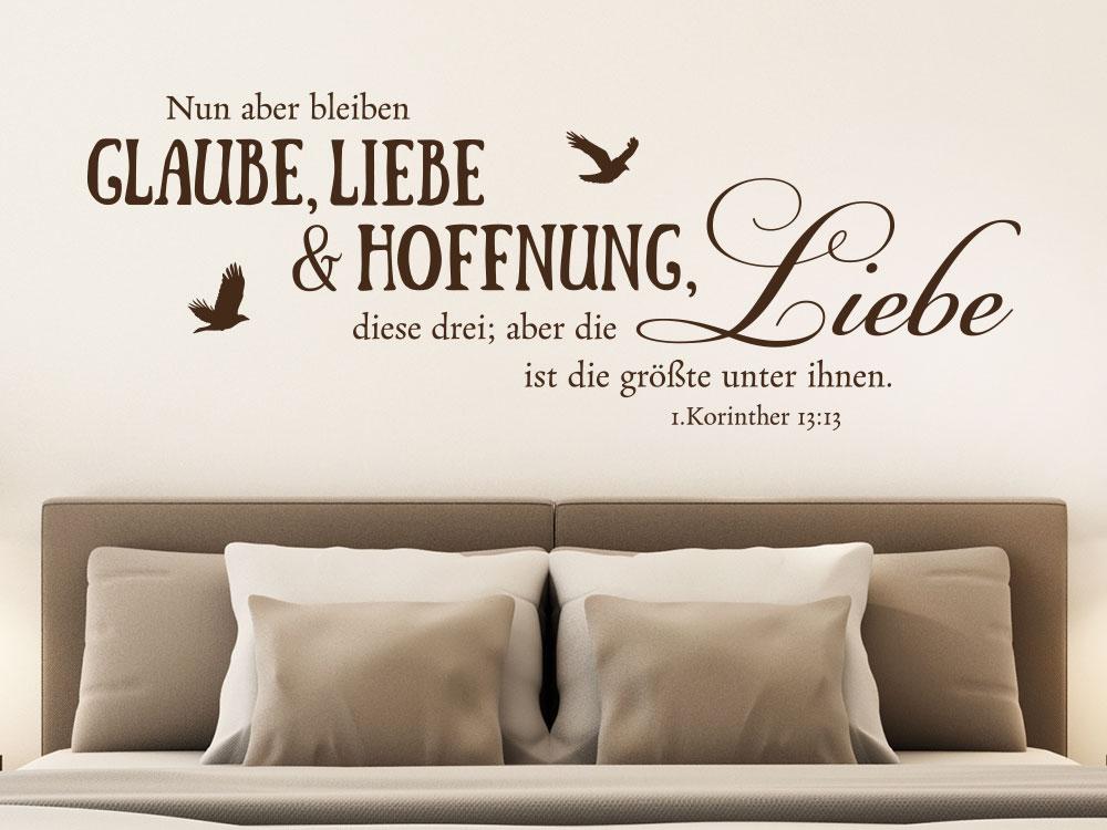 Wandtattoo Nun aber bleiben Glaube Liebe Hoffnung im Schlafzimmer über Doppelbett