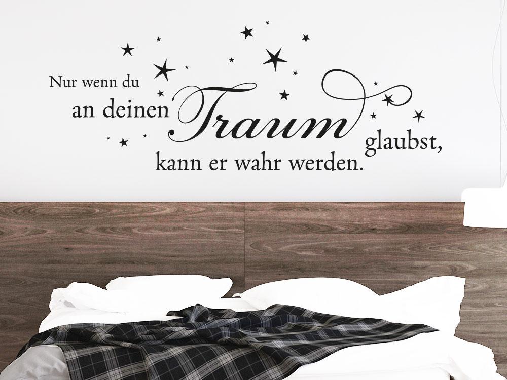 Wandtattoo Spruch Nur wenn du an deinen Traum glaubst... über Bett aus Holz