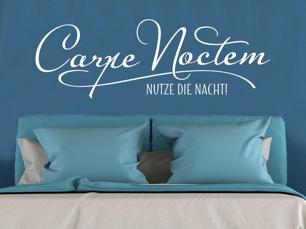 Wandtattoo Spruch Carpe Noctem auf blauer Wand