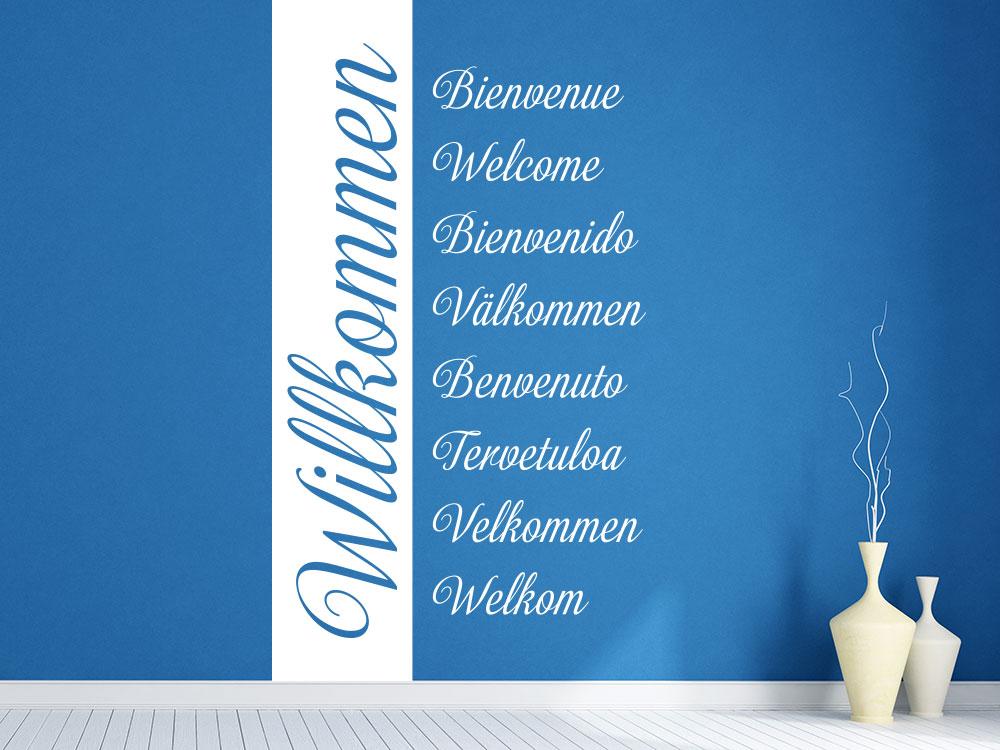 Wandtattoo Willkommen Banner Sprachen auf dunkler Flurwand