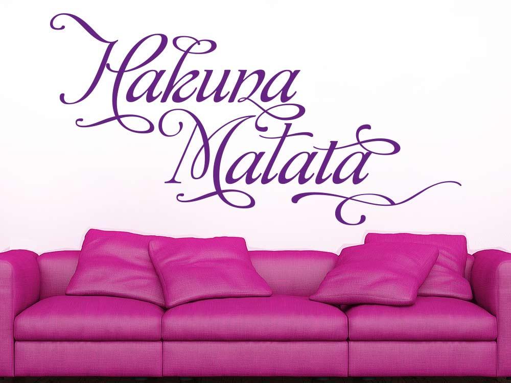 Wandtattoo Hakuna Matata im Wohnzimmer über Sofa
