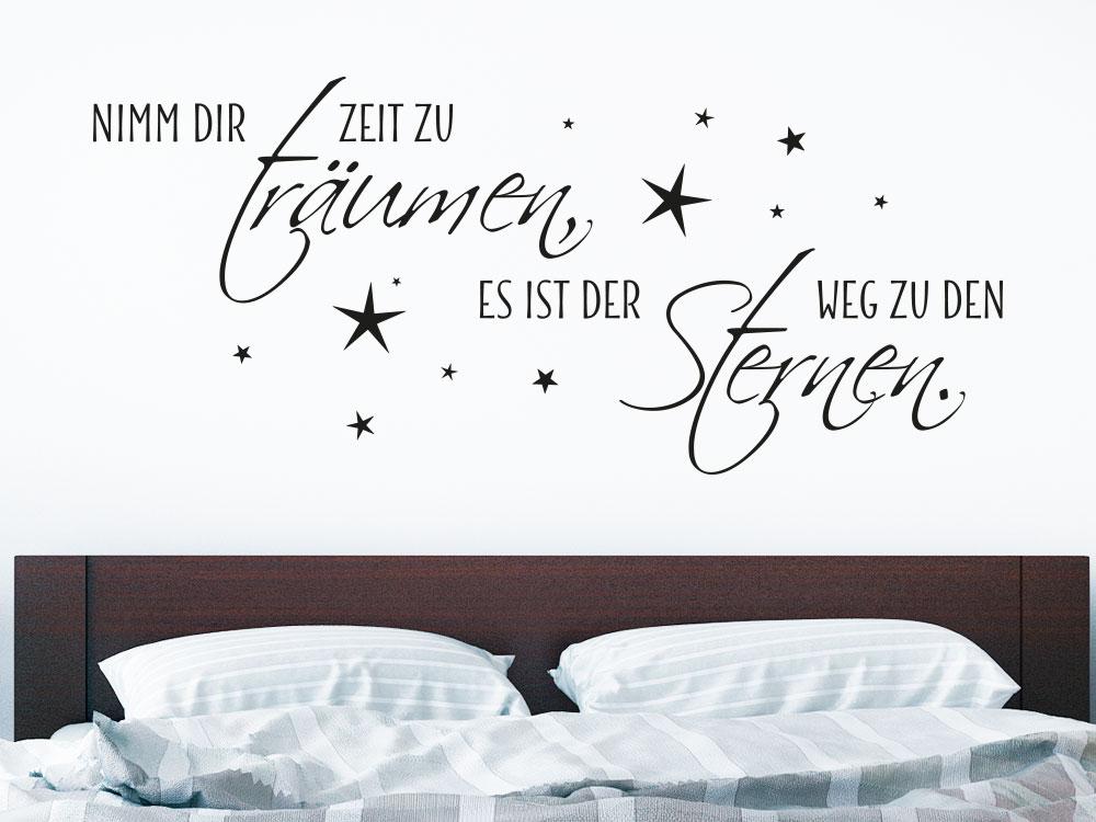 Wandtattoo Nimm dir Zeit zu träumen, es ist der Weg zu den Sternen. No.2 auf heller Wand über Doppelbett