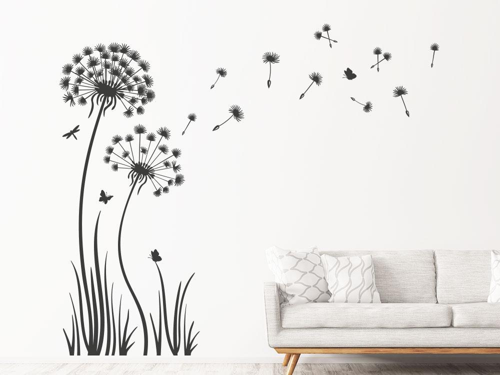 Wandtattoo Pusteblume im Gras in dunkelgrau auf einer Wohnzimmerwand