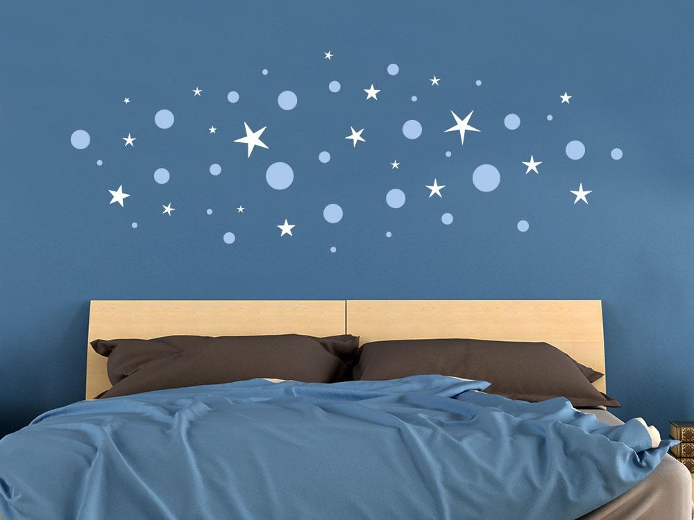 Zweifarbige Wandatttoo Sterne und Punkte im Schlafzimmer