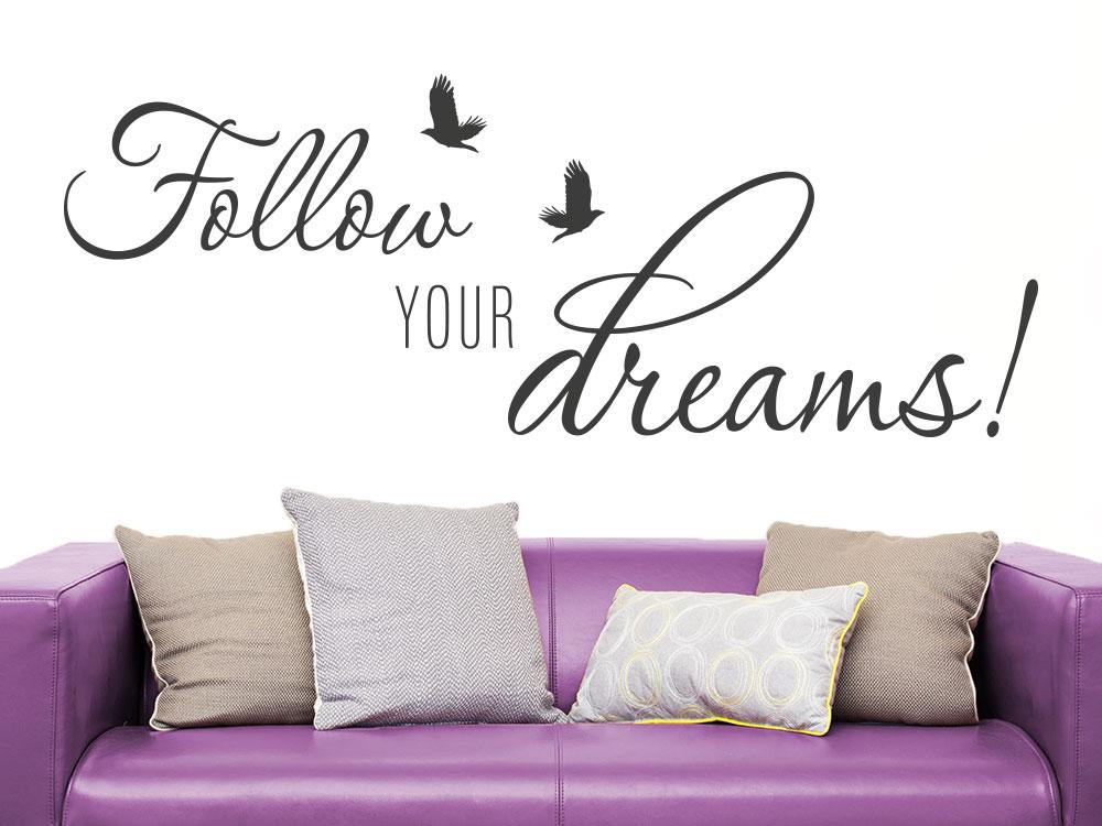 Wandtattoo Follow your dreams auf heller Wand im Wohnzimmer