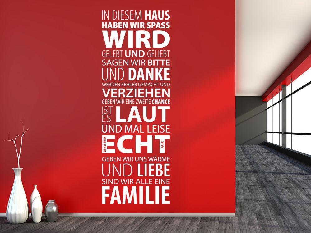 Wandtattoo In diesem Haus auf roter Wand im Eingengsbereich