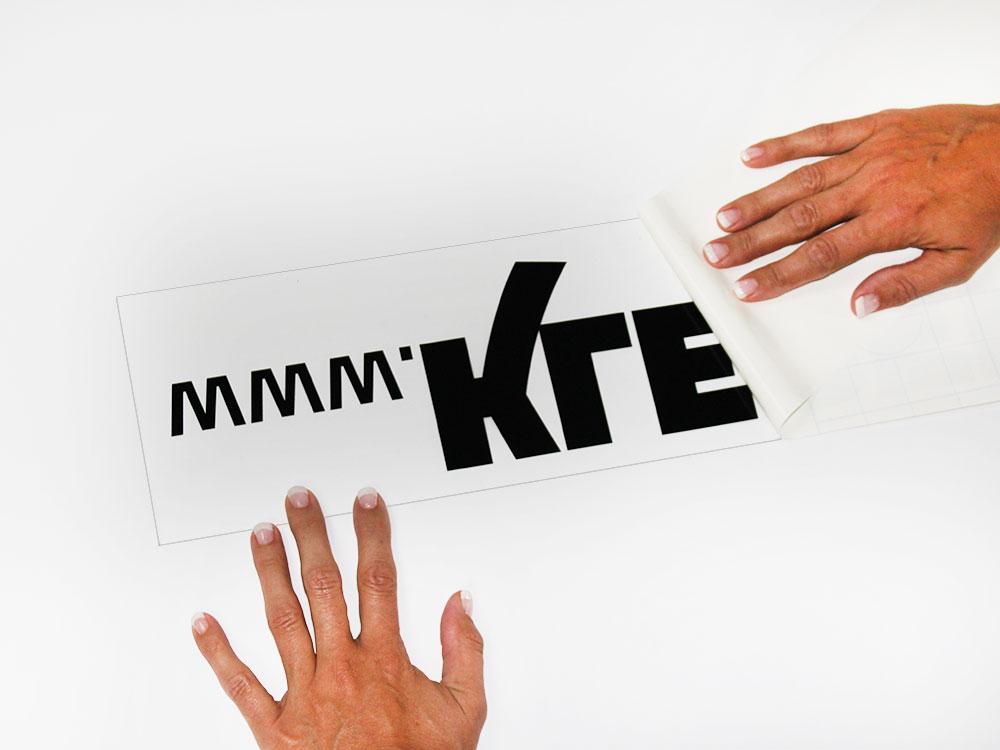Trägerpapier vom Wandtattoo entfernen