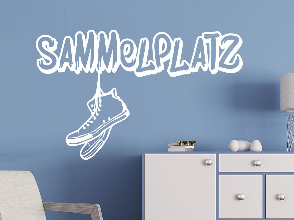 Wandtattoo Sammelplatz mit Sneaker Paar auf blauer Wandfarbe