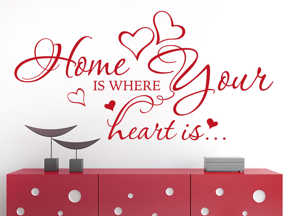 Wandtattoo Spruch Home is where your heart is in Rot über Sideboard