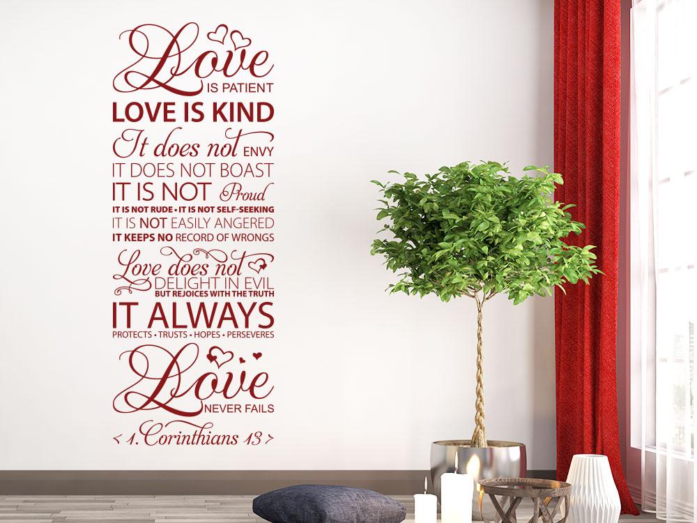 Wandtattoo Love is patient Zitat im Wohnzimmer