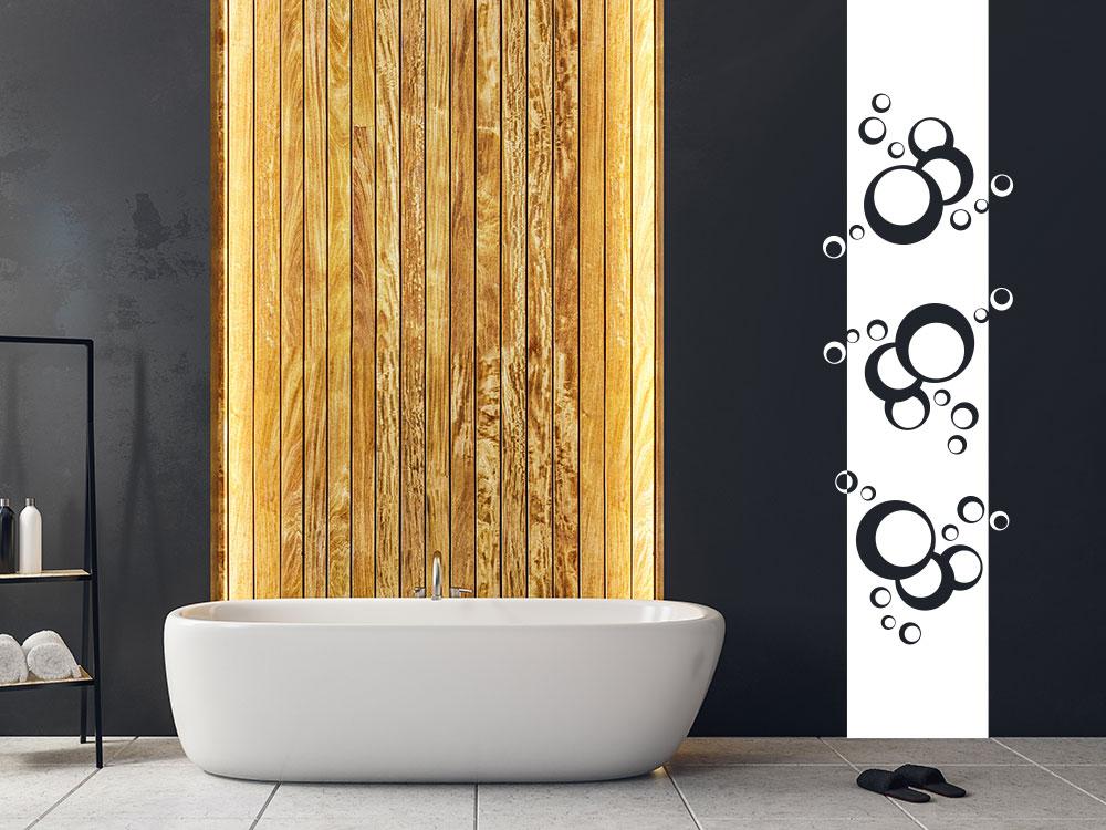 Wandbanner Retro Kreise auf dunkler Wand im Badezimmer