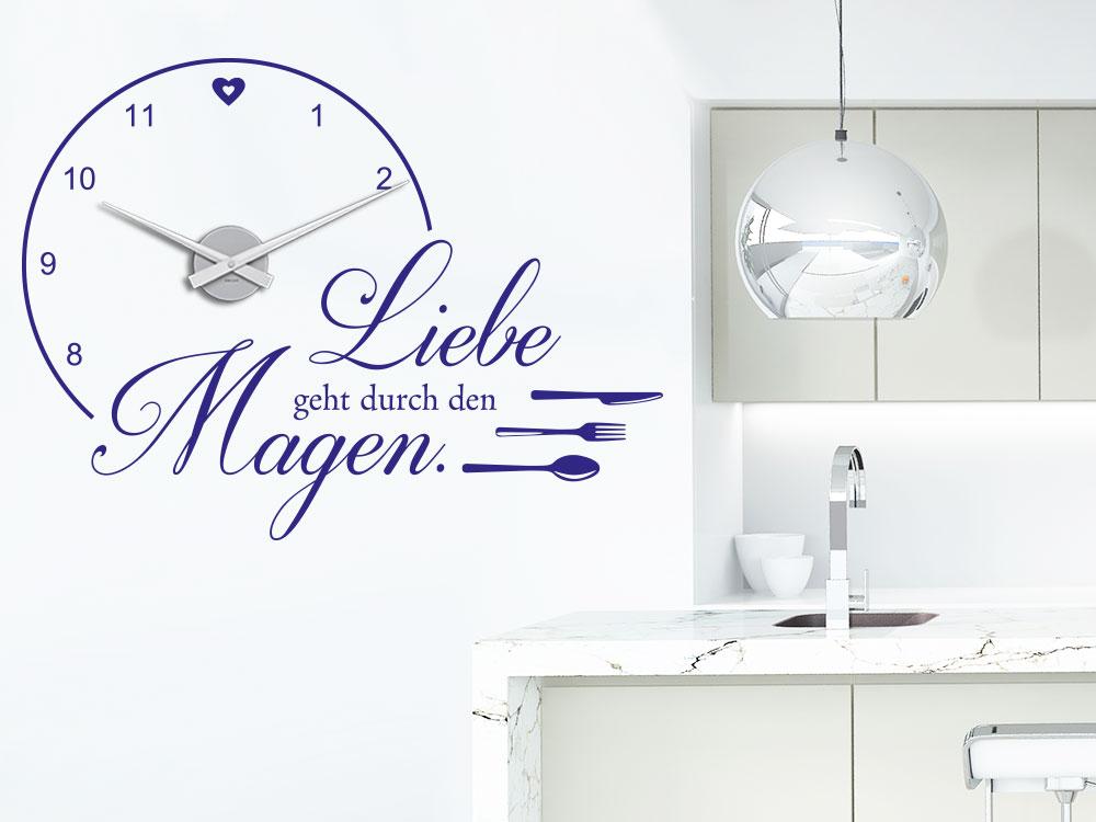 Wandtattoo Uhr Liebe geht durch den Magen auf heller Küchenwand
