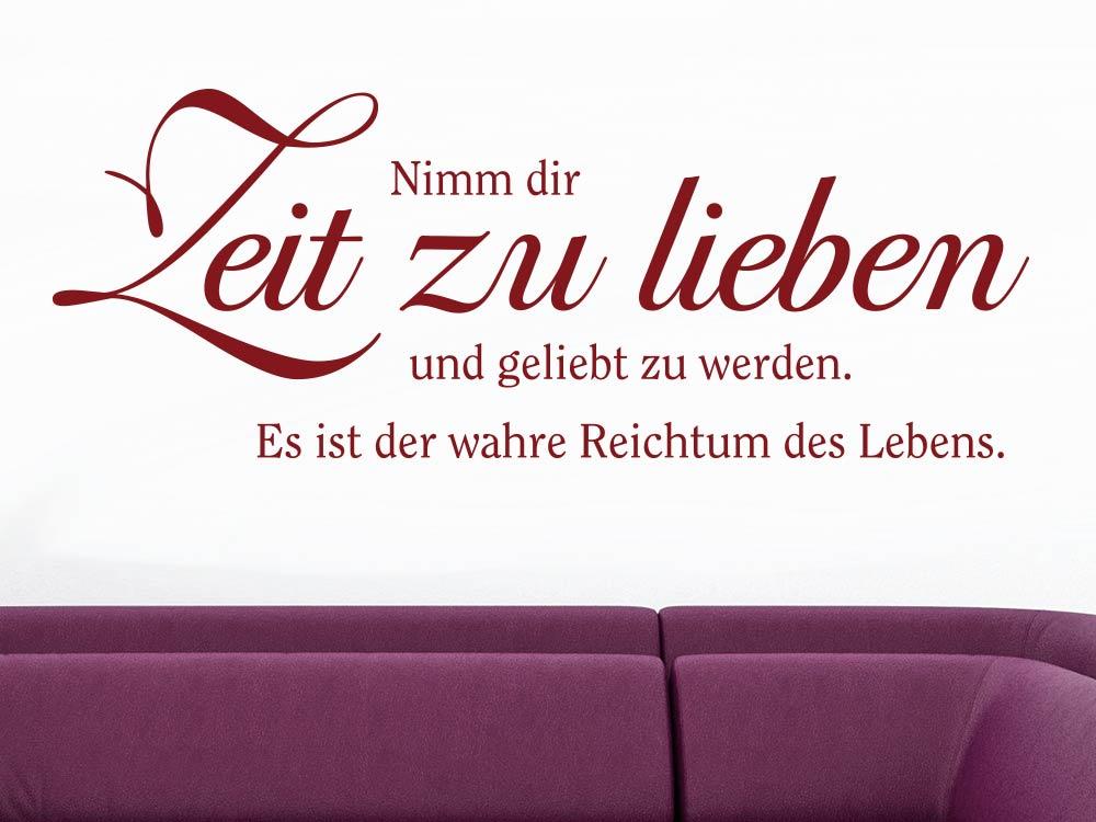 Wandtattoo Nimm dir Zeit zu lieben über rotem Sofa