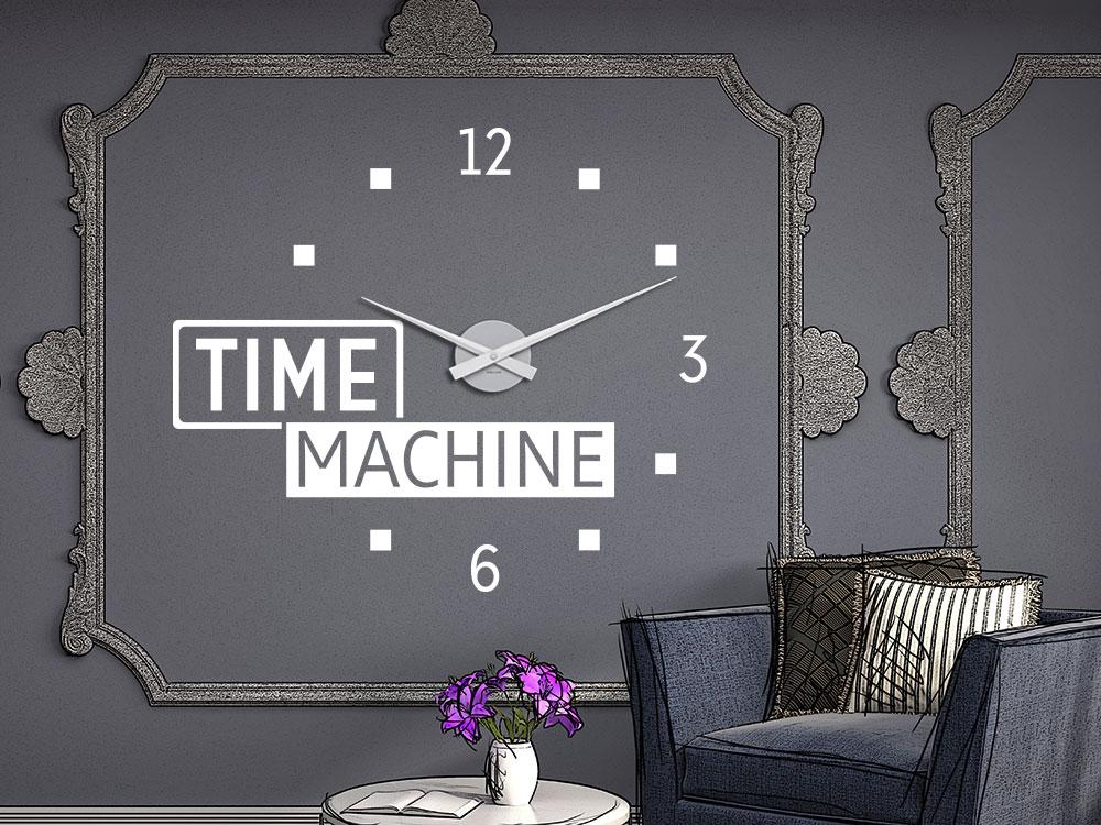 Wandtattoo Uhr Time Machine dunkle Wand im Flur