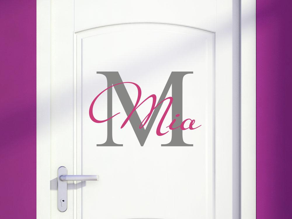 Wandtattoo Anfangsbuchstabe mit Name auf weißer Tür