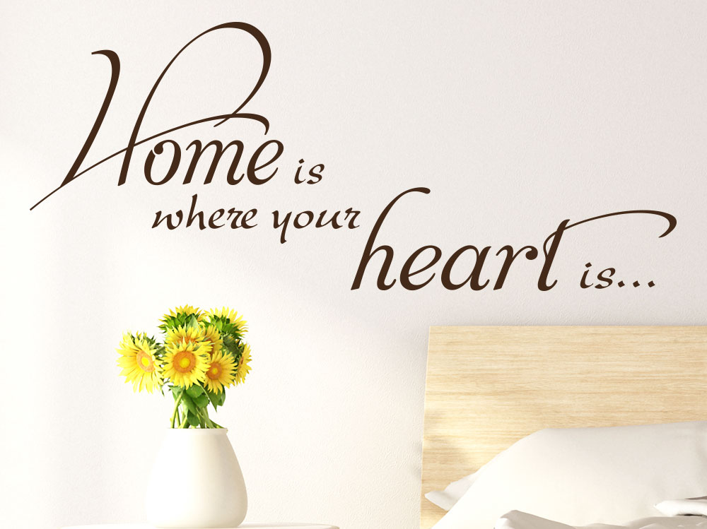 Wandtattoo Liebesspruch Home is where your heart is  im Schlafzimmer in Braun