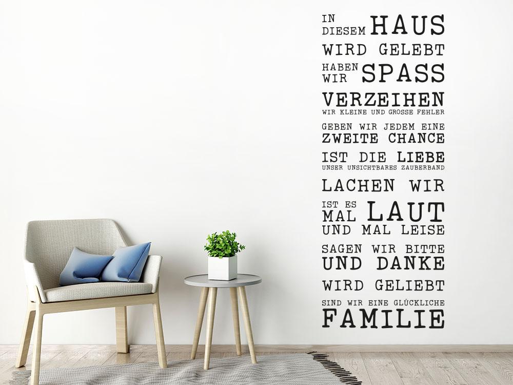 Wandtattoo In diesem Haus wird gelebt Retrostyle auf heller Wand im Wohnzimmer