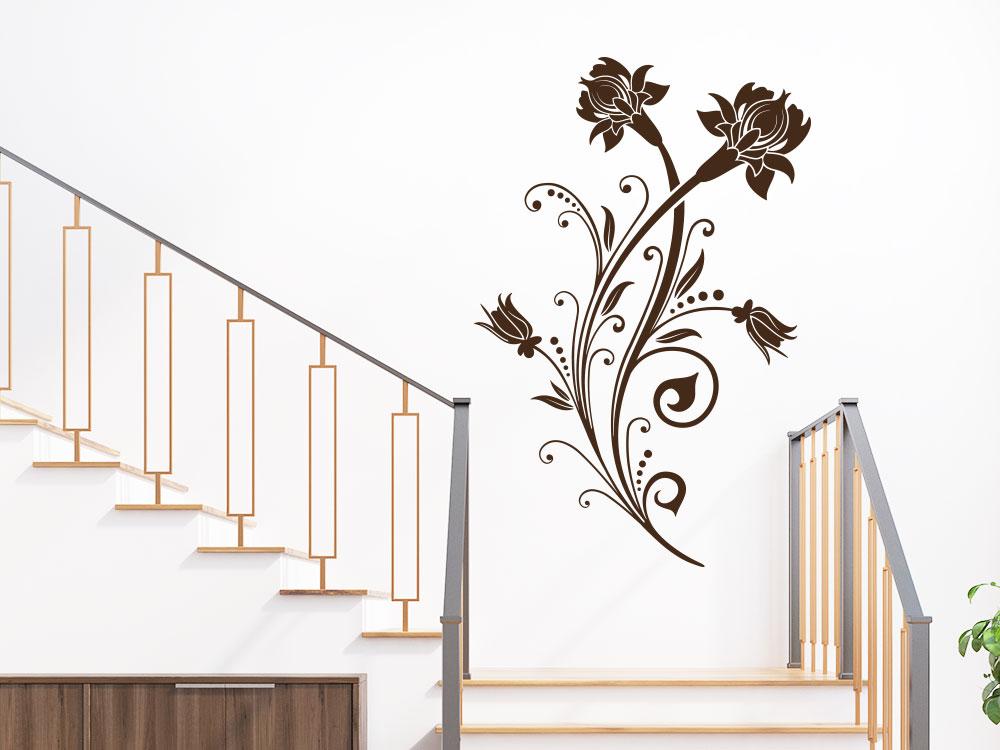 Dekoratives Wandtattoo Ornament mit Blüten im Flur auf heller Wand