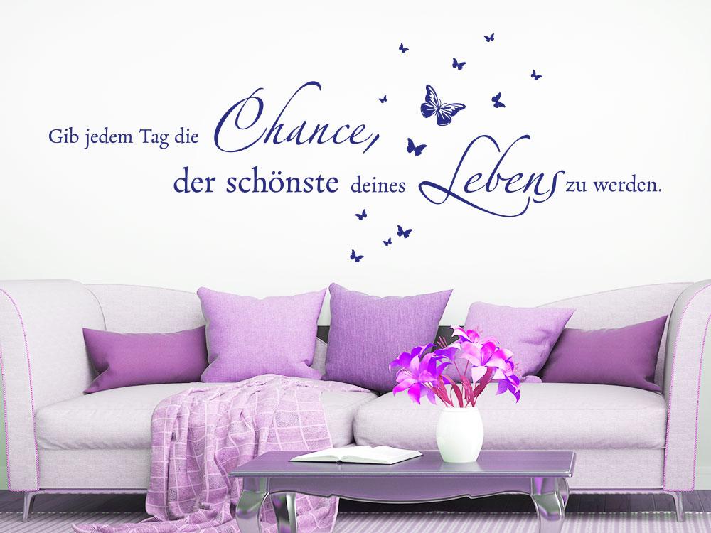 Wandtattoo Gib jedem Tag Schmetterlinge über Sofa mit Kissen