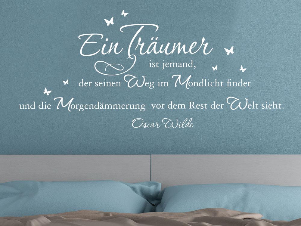 Traumhafter Wandtattoo Spruch Ein Träumer ist jemand, der seinen Weg im Mondlicht findet über Bett im Schlafzimmer