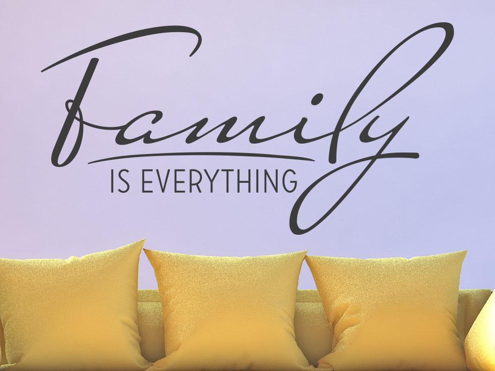 Wandtattoo Family is everything im Wohnbereich über Sofa