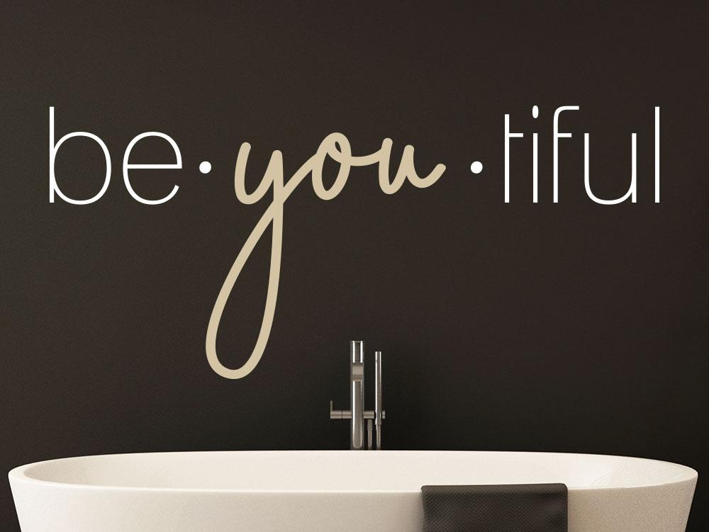 Wandtattoo beyoutiful über Badewanne auf dunkler Wand