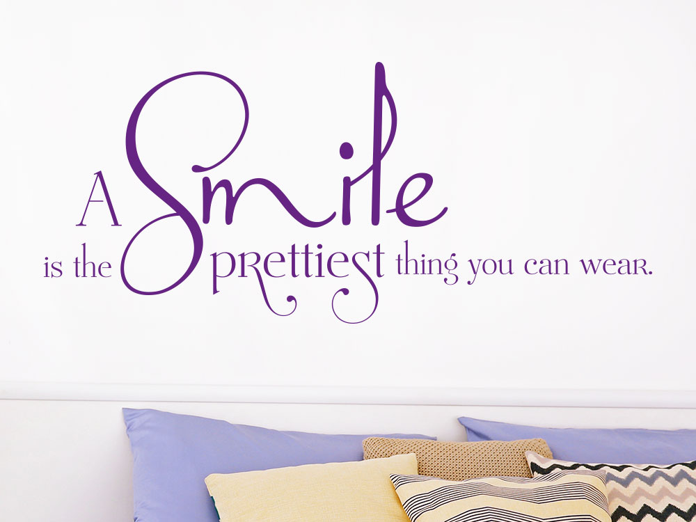 Wandtattoo A smile is the prettiest thing you can wear. über Doppelbett