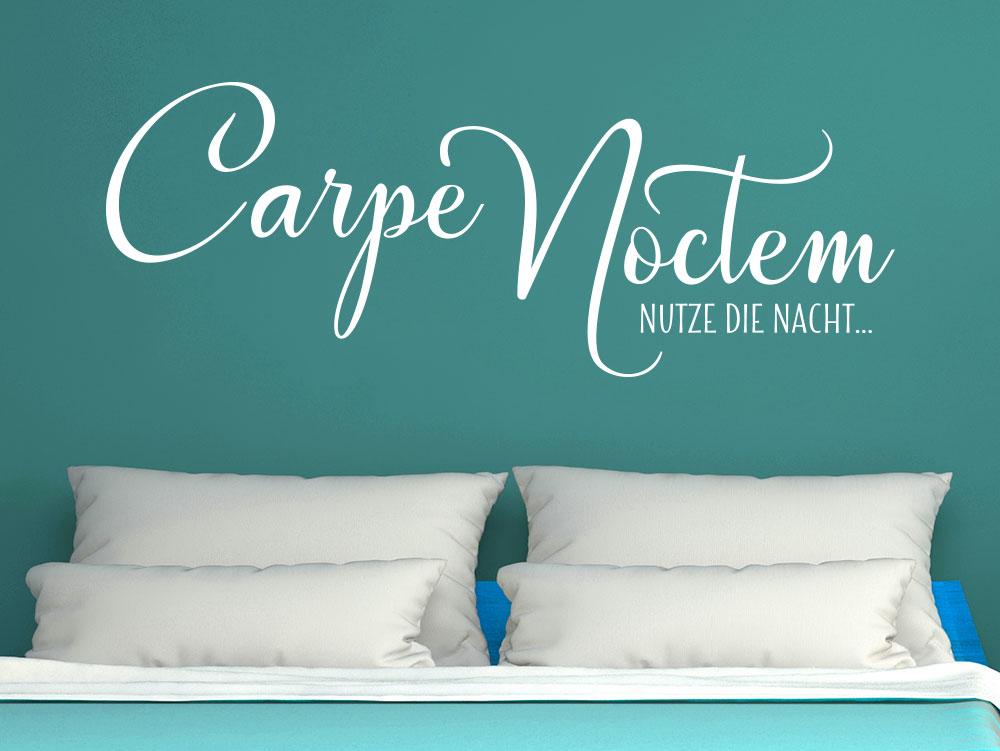 Wandtattoo Carpe Noctem über einem Doppelbett