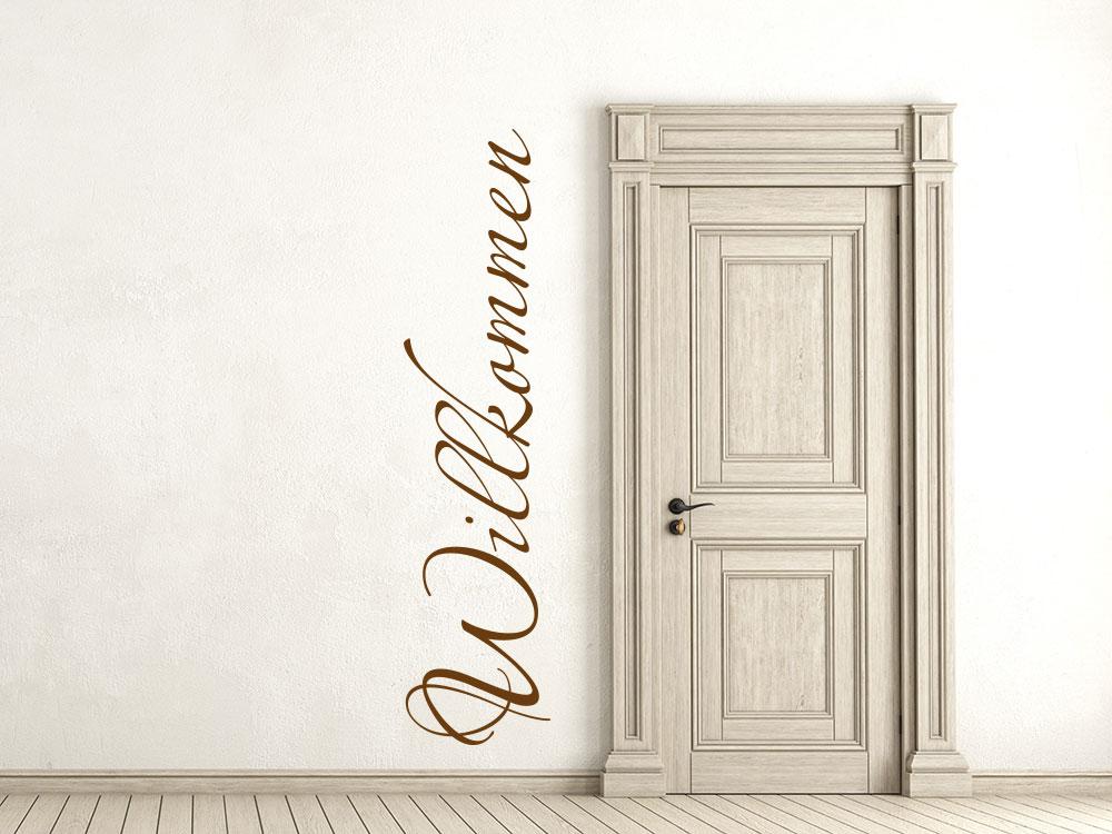 Wandtattoo Schriftzug Willkommen senkrecht neben einer Tür