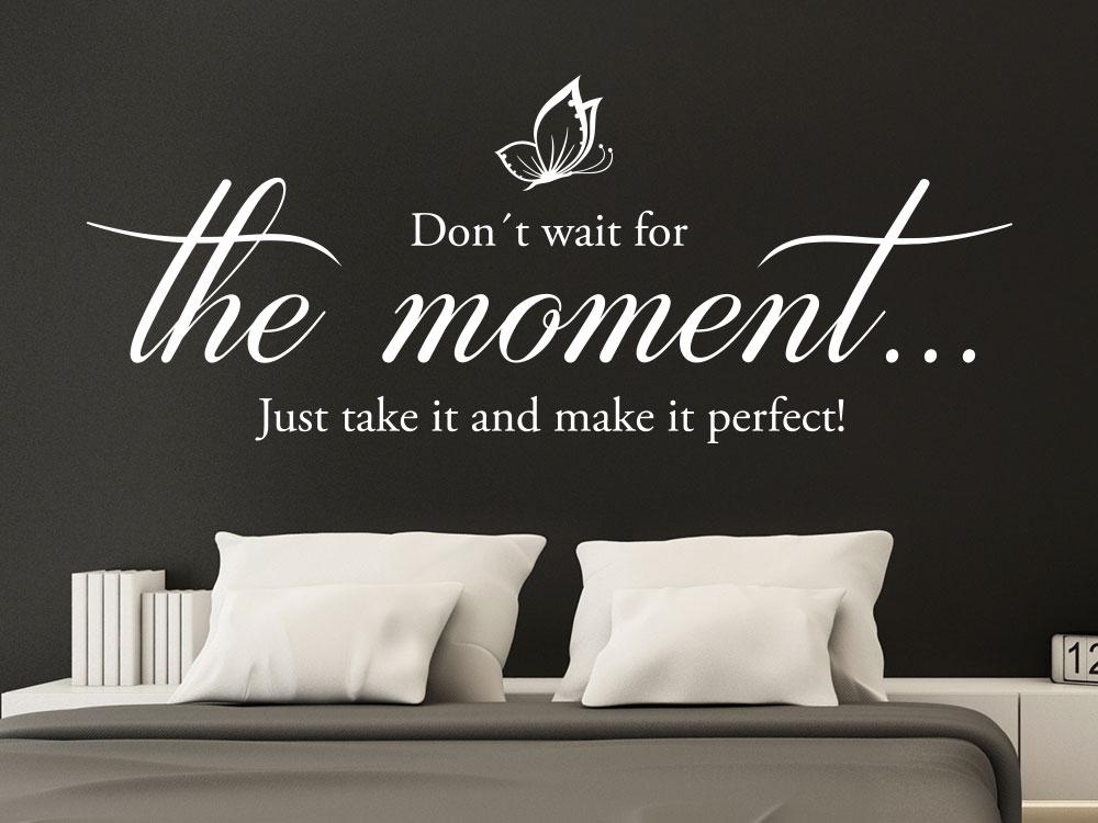 Wandtattoo The moment auf dunkler Wand im Schlafzimmer