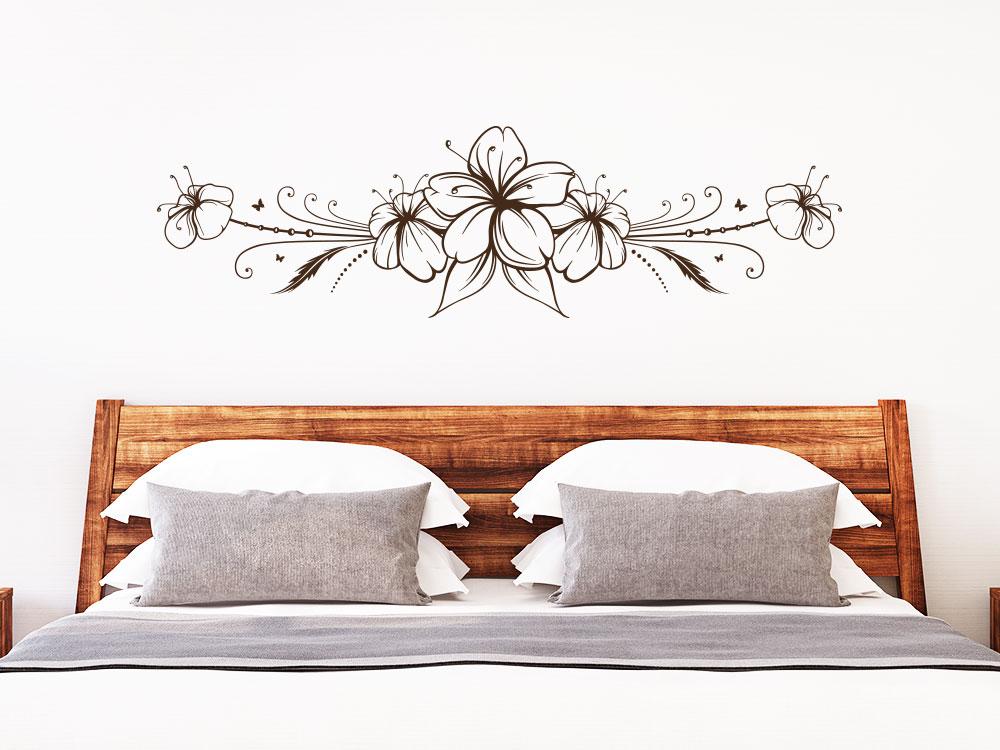 Hibiskusblüte Wandtattoo Ornament über Bett im Schlafzimmer