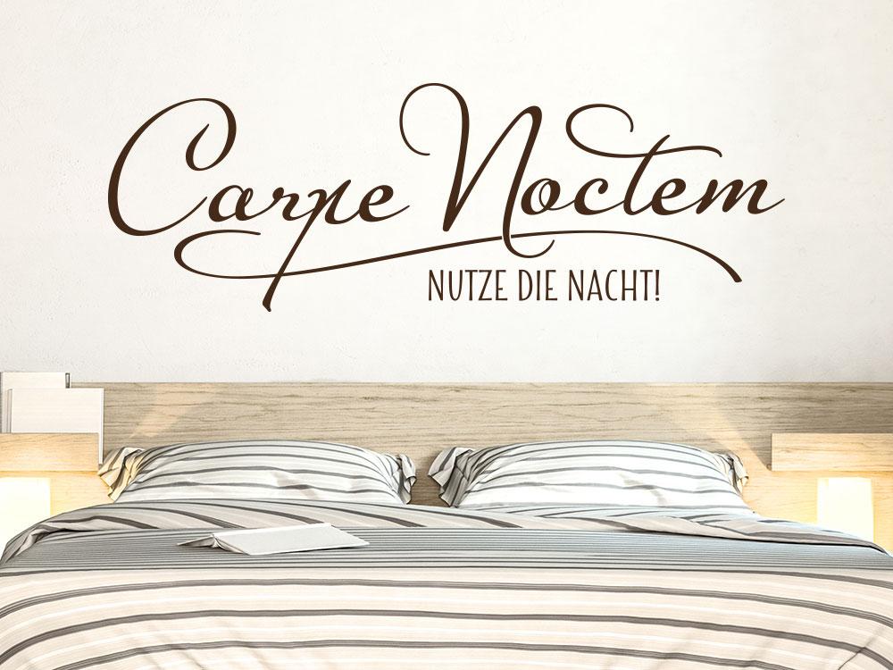 Wandtattoo Spruch Carpe Noctem über Doppelbett auf heller Wand