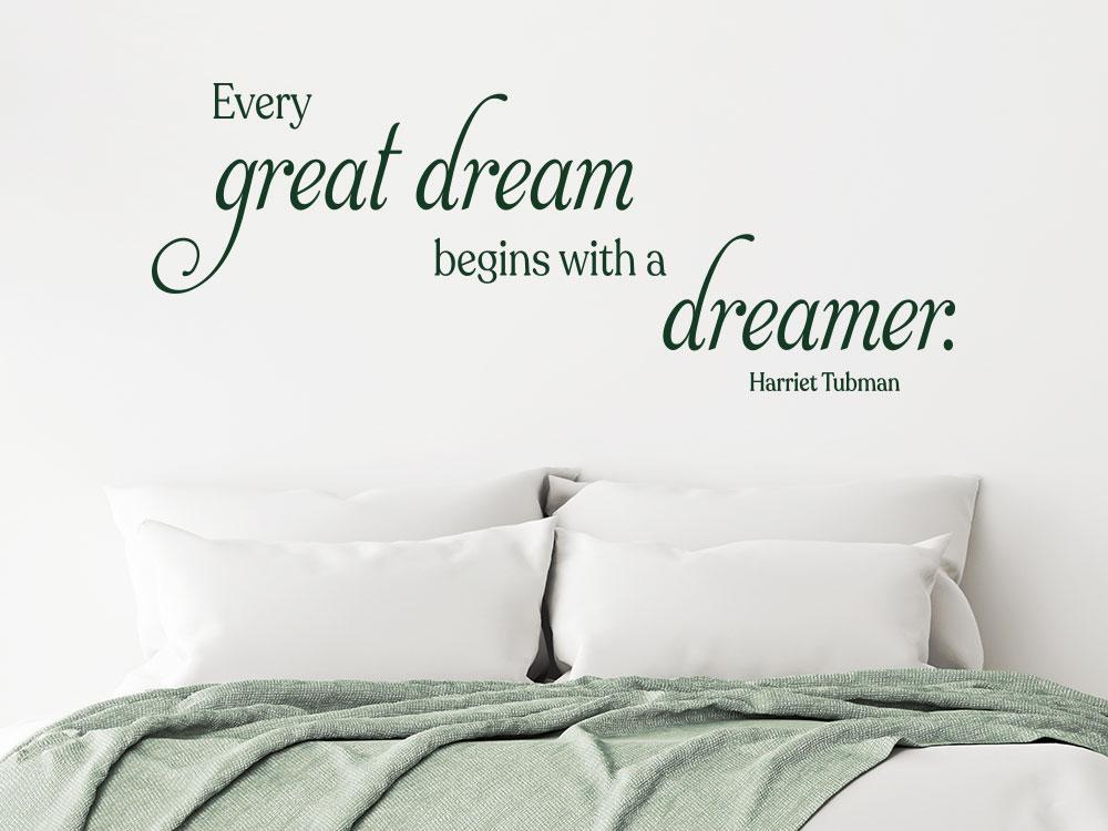 Traumhaftes Wandtattoo Zitat Every great dream im Schlafzimmer