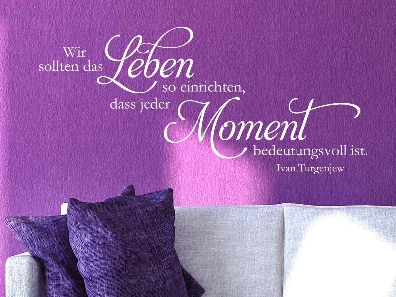 Wandtattoo Zitat Wir sollten das Leben so einrichten im Wohnzimmer