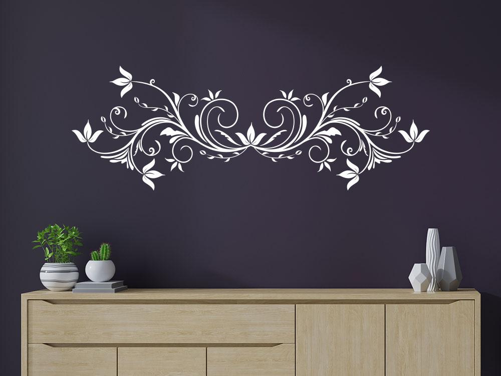 Wandtattoo Elegantes Ornament mit Blätter auf Wohnzimmerwand über Holzkommode
