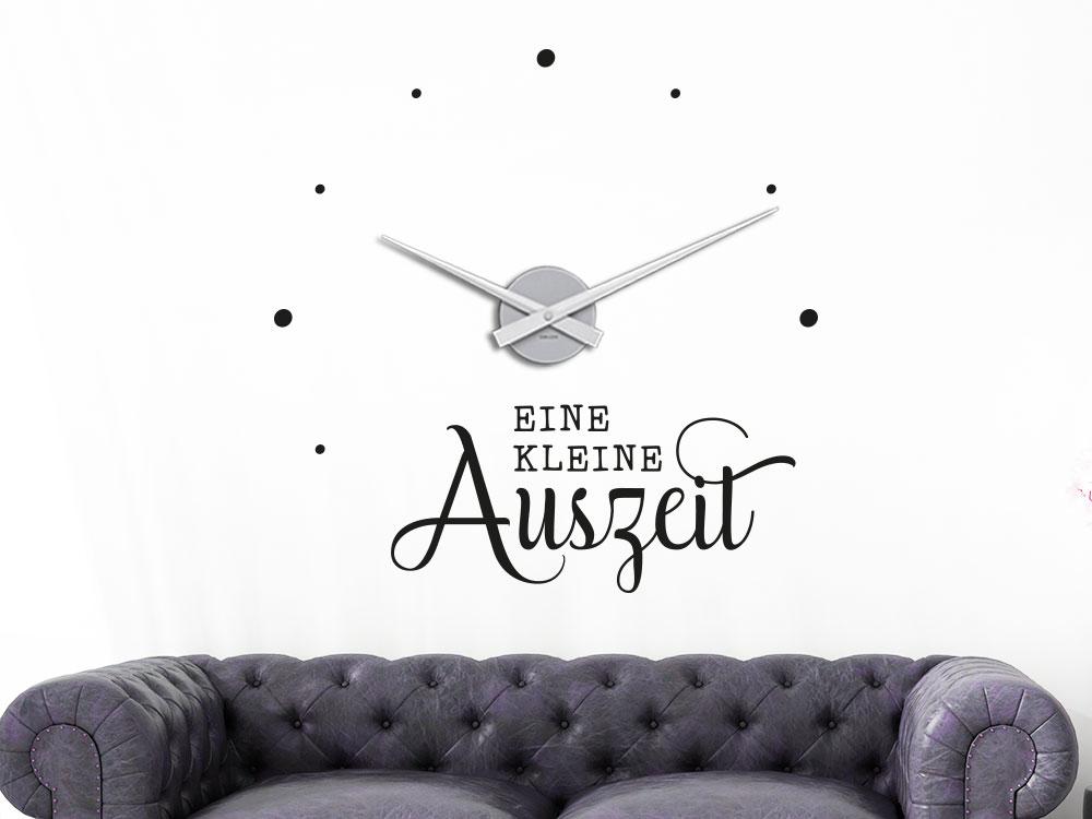Wandtattoo Uhr Eine kleine Auszeit auf heller Wohnzimmerwand