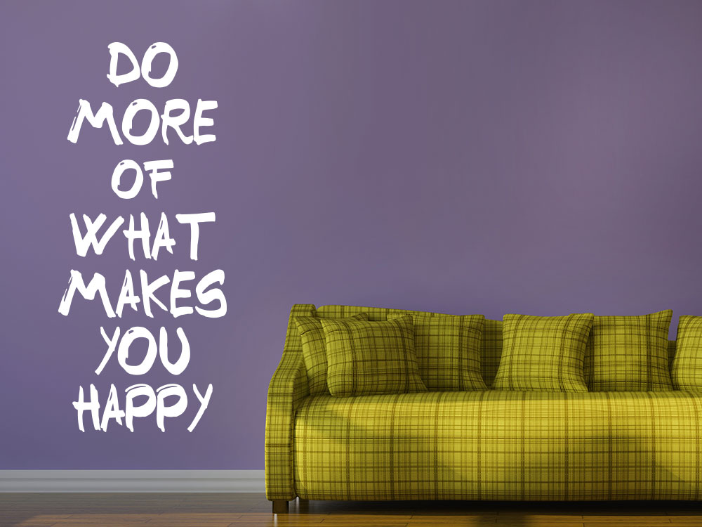 Wandtattoo Do more of what makes you happy neben Sofa im Wohnzimmer