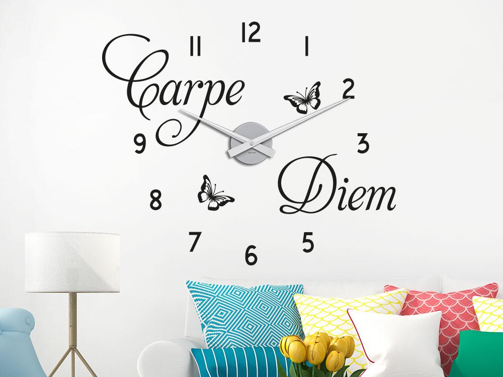 Wandtattoo Carpe Diem Uhr im Wohnzimmer über Sofa