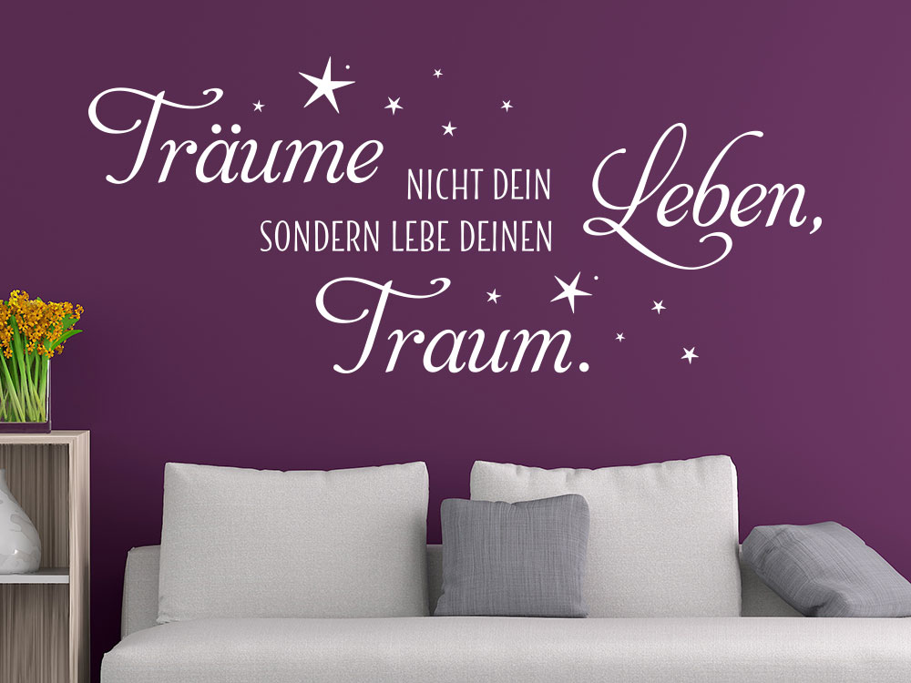 Wandtattoo Träume Leben mit Sternen auf einer violett gestrichenen Wand